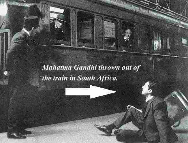 महात्मा गांधी साउथ अफ्रीका में ट्रेन के डिब्बे से बाहर निकाले गए