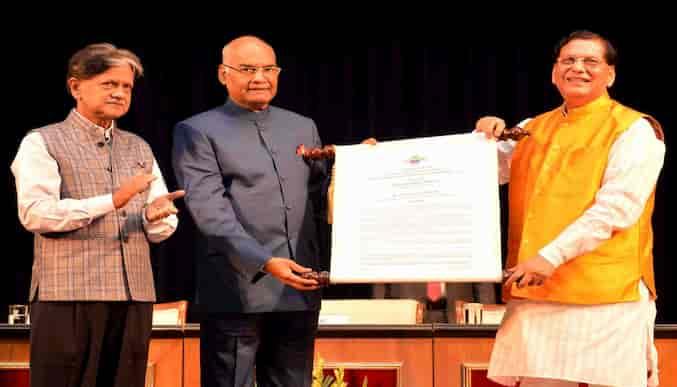बिंदेश्वर पाठक राष्ट्रपति रामनाथ कोविंद द्वारा सम्मान प्राप्त करते हुए